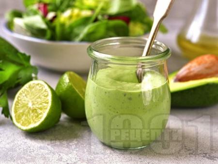 Пикантен дресинг / сос с авокадо, кисело мляко, чесън и лимонов сок - снимка на рецептата
